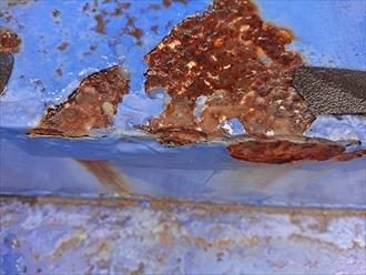 横浜市港北区篠原町にて玄関へのアプローチ鉄骨階段の塗装調査、鉄部の錆を溶接による補強後の塗装工事も可能です