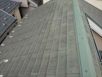 横浜市港北区綱島西にて築13年経過した化粧スレート屋根は撥水効果が無くなり雨水を吸い込みすぎていました