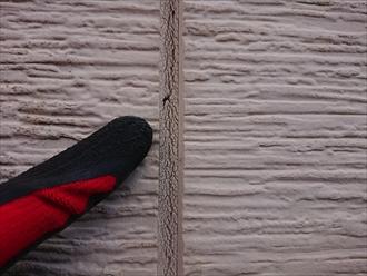 横浜市旭区川島町にてあいじゃくりの窯業系サイディング外壁調査、シーリングの劣化や外壁に多くの藻が繁殖してしまっており塗装でのメンテナンスが必要でした