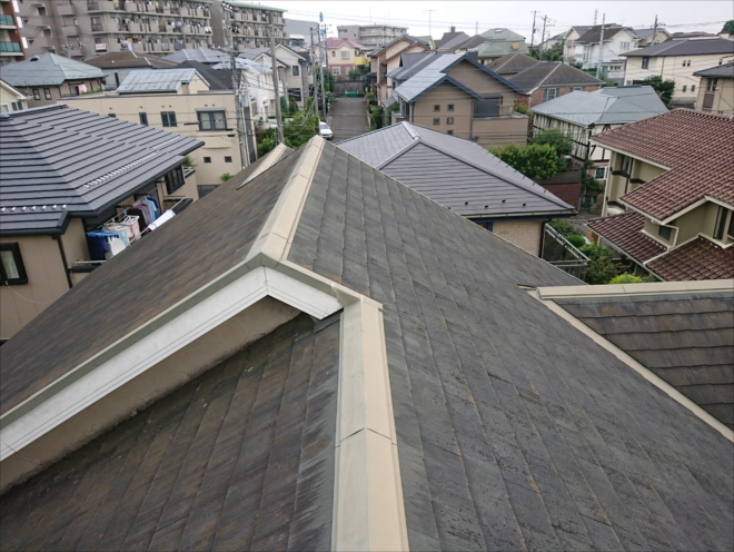 棟違い屋根の化粧スレートの様子
