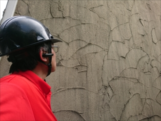 意匠性が高いモノプラル外壁が経年により汚れが付着して黒ずんでしまっている様子