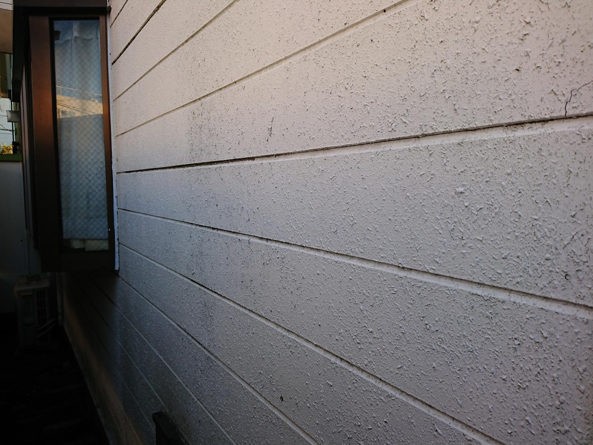玄関周りは家の顔ですが、軒や雨樋、外壁に経年の汚れや前回塗装時の不備がありパッと見てみると元々が白い外壁な為余計に汚れが目立ってしまっていました。