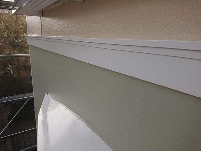相模原市緑区根古屋にて外壁塗装工事完了、高圧洗浄後にパーフェクトトップを用いて塗装し綺麗に塗膜が出来ている様子
