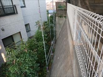 隣地の敷地から足場を建てている