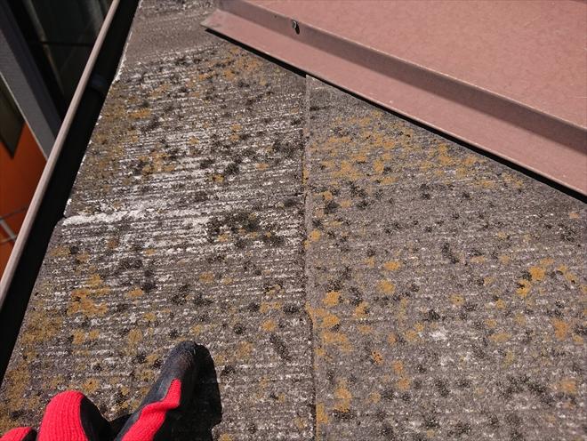 横浜市緑区長津田町にて雨樋の清掃をしていたら屋根の汚れが目立つとの事で築15年経った3階建て住宅の屋根調査