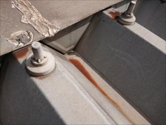 ボルトや屋根自体から錆が確認でき、コーキングも劣化しています