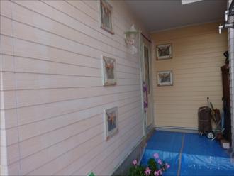 既存外壁との色の違いが下塗りをするとよくわかります