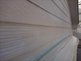 凹凸がある分通常の外壁よりも塗装に時間がかかります。幅のあるローラーを横に滑らせるのが厳しいのが理由でもあります。
