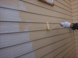 横と縦にローラーを細かく動かし壁を黄色く染めていきます