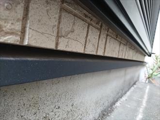 水切り板金の上にはクラックも多く見られ築年数なりの傷みが出てしまっています。