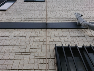 一階と二階を分ける意味あいでつけている建物も多い幕板も、経年で塗膜が剥がれたり割れてしまったりします。塗装で保護できない場合はガルバリウム鋼板を被せ腐食させにくくさせる工法もあります。