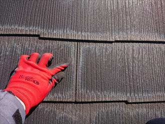 横浜市金沢区西柴にて築20年経過したスレート屋根調査、前回の塗装時にスレート小口の縁切り作業不足によりスレートが傷んでしまっておりました