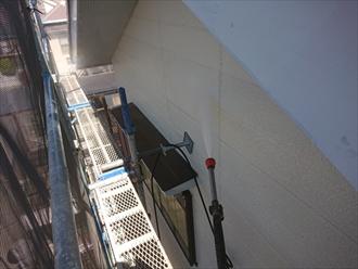 横浜市金沢区能見台にて外壁塗装工事、塗装の前に高圧洗浄作業にて汚れを洗い流します