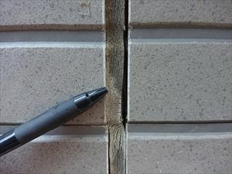 このままでは内部へ直接雨水が染みわたってしまい木部の腐食を生んでしまいます
