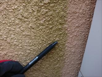 茅ヶ崎市みずきにて外壁塗装の前にブリックタイルのお住まい調査、凹凸のあるモルタル外壁には汚れが溜まり苔が生えやすくなります