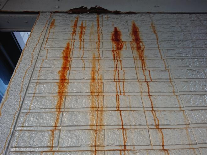 横浜市西区にて塗装工事の事前調査、外階段の鉄部の錆が外壁に付着