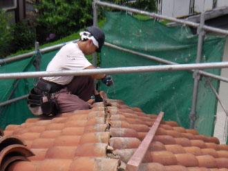 横浜市青葉区 屋根工事 棟抑え金具を設置