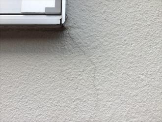 横浜市栄区本郷台でモルタル壁の点検、築8年目で傷みが出始めておりました