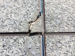 傷んだコーキングの周辺に多くの亀裂
