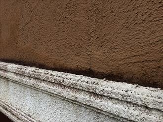 横浜市中区本牧大里町でモルタル壁の点検、雨水が溜まりやすいところは汚れ付着しやすくて傷みやすい