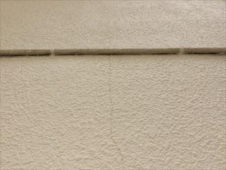 横浜市栄区笠間でモルタル壁の点検、よく見てみると外壁のひび割れや塗膜の剥がれがありました