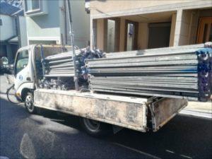 足場を積んだトラック