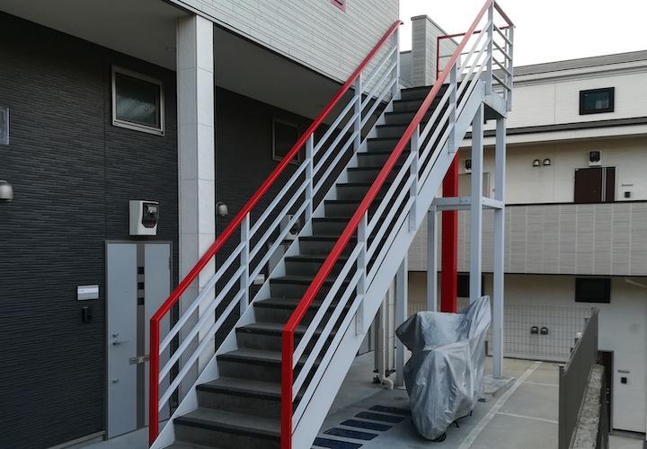 横須賀市池上にてアパートの階段の点検調査、アパートやマンションの塗装は入居者の増加に繋がります