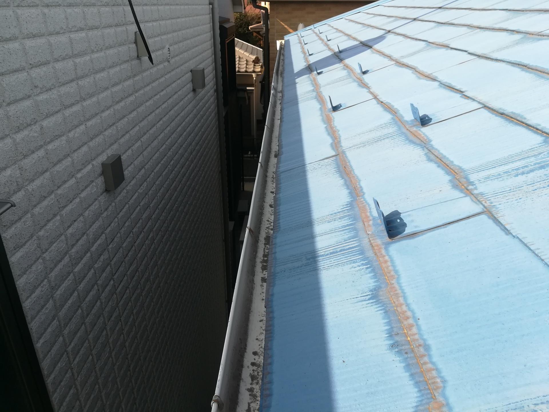 横浜市南区永田東にて屋根をナスコン色へ再塗装、雨樋をパラスケアU-105へ交換いたしました、施工前写真