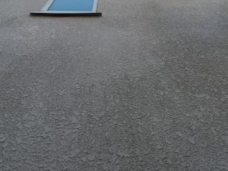 茅ヶ崎市十間坂にて、塗料が劣化し苔が繁殖してしまったモルタル外壁に「パーフェクトトップ 」での塗装をご提案