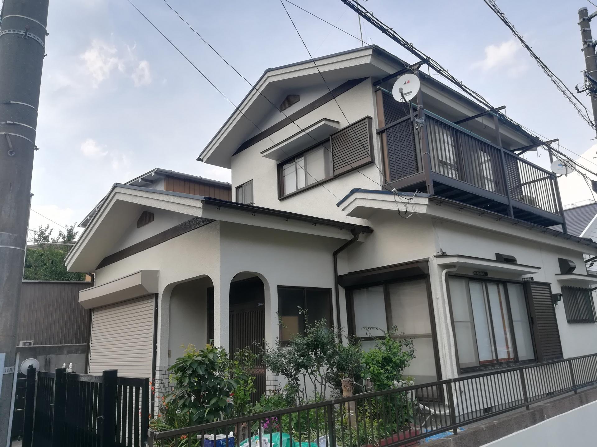 横浜市鶴見区の屋根外壁塗装、築35年の建物をパーフェクトトップ「ND-108」で見栄えを一新、施工後写真