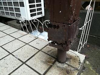 傷みの激しい玄関前の支柱