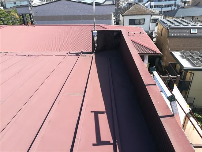 横浜市神奈川区片倉にてパラペット外側に貼られたスレート材の破損調査