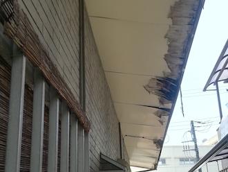 相模原市緑区久保沢にて、穴が空いて劣化していた木材の軒天をケイカル板で張り替え工事を行いました