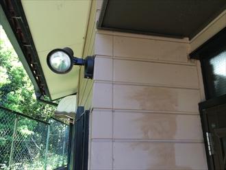 外壁塗装の調査中に見つけた既存の塗膜にある色ムラ|横浜市中区
