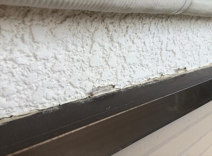 モルタル壁の塗膜剥がれ