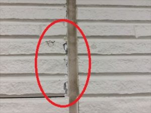 シーリングの劣化と塗膜の劣化が見られます