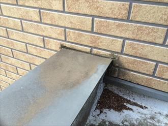 外壁と笠木の取合いに打たれたコーキングの劣化
