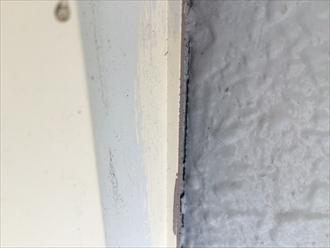 モルタル壁とサッシの隙間