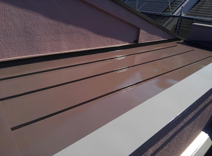 横浜市瀬谷区でサーモアイ4F(クールジェノバブラウン)を使用した板金屋根塗装5