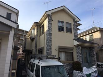 モルタル壁は亀裂が入りやすいので補修してパーフェクトトップで塗り替え|横浜市西区、施工前写真