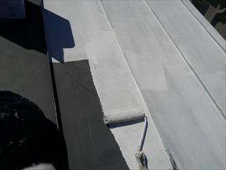 横浜市瀬谷区でサーモアイ4F(クールジェノバブラウン)を使用した板金屋根塗装2
