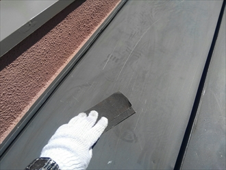 横浜市瀬谷区でサーモアイ4F(クールジェノバブラウン)を使用した板金屋根塗装1