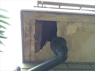 横浜市金沢区で雨漏り調査、バルコニーやベランダの上裏(天井)の染みもお任せ下さい1