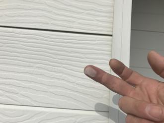 小田原市久野にて屋根と窯業サイディングの塗装前点検、チョーキングが出た外壁にはファインパーフェクトベストによる塗装をご提案