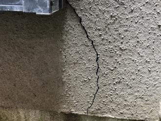 横浜市旭区矢指町にて外壁の調査、幅が広く深さのあるモルタル外壁のクラックは早めの補修が必要です
