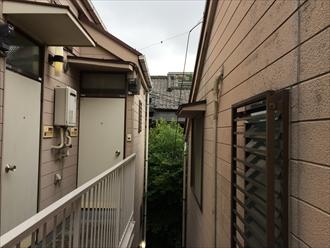 綾瀬市築18年のアパートで初めての外壁塗装をご健闘中