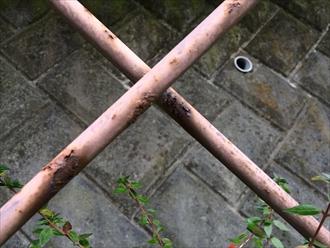 擁壁の鉄骨架台塗装前 錆び
