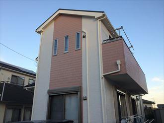 横浜市神奈川区のお住まいで汚れと藻の繁殖で暗い印象の外壁が、エスケープレミアムシリコン(SR-408)(SR-427)で暖かみのあるイメージに変わりました、施工後写真