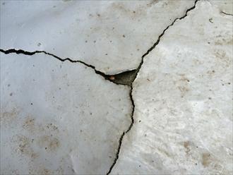 防水層のひび割れ拡大