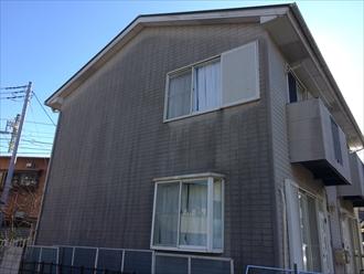 横浜市鶴見区馬場でALC外壁のアパートのメンテナンス、ファインパーフェクトベスト(ミラノグリーン)とプレミアムシリコン(SR-405)を使用した屋根外壁塗装で生まれ変わった綺麗な仕上がりになりました、施工前写真